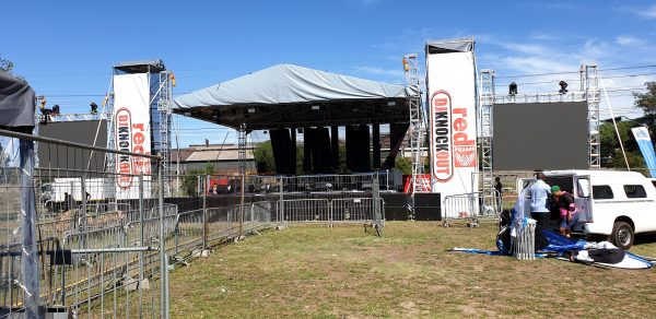 outdoor-stage-barrier-event-banners